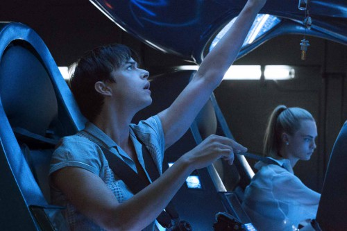 Dane DeHaan and Cara Delevignge in Luc Besson's VALERIAN AND THE CITY OF A THOUSAND PLANETS. Credit: Courtesy of EuropaCorp Copyright: © 2016 VALERIAN SAS Ð TF1 FILMS PRODUCTION.
